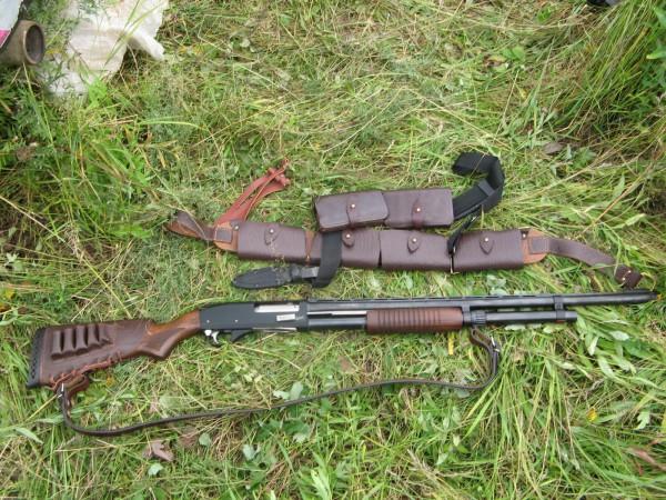 Ружье и патронташ на пояс
